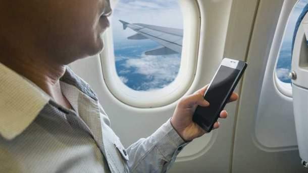Чому не можна користуватись телефоном на борту літака?