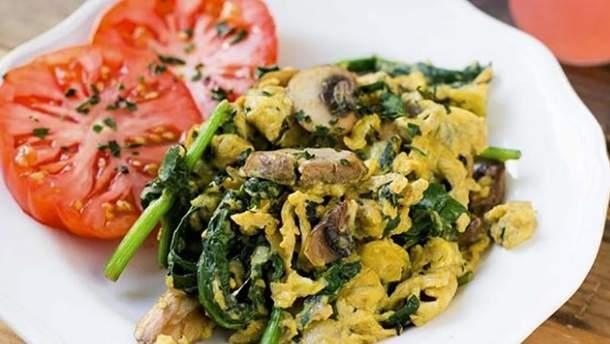 Скрамбл з овочами: як приготувати корисний сніданок