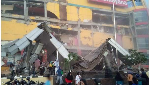 Из-за землетрясения и цунами в Индонезии 28 сентября погибли по крайней мере 48 человек