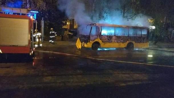 В Черновцах посреди дороги загорелась маршрутка: фото, видео