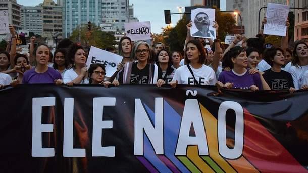 В Бразилии десятки тысяч женщин протестуют против лидера президентской гонки