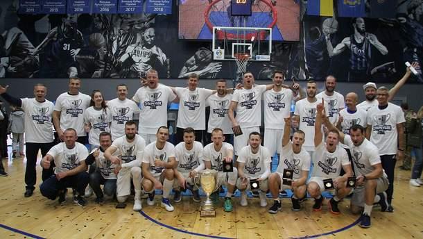 """""""Днепр"""" празднует победу в Суперкубке Украины по баскетболу"""