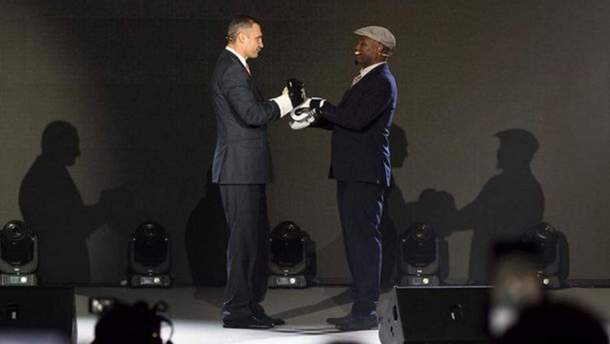 Кличко та Льюїс в рукавичках на одній сцені