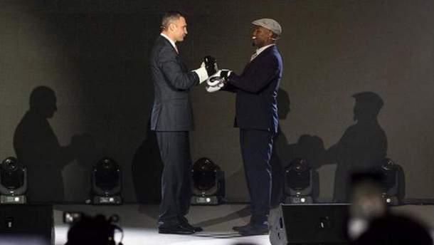 Кличко и Льюис в перчатках на одной сцене