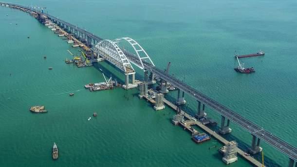 Автомобильный поток на Крымском мосту снизился почти вдвое