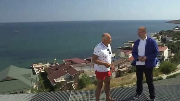 Киселев раздает интервью на смотровой площадке своей виллы в Коктебеле