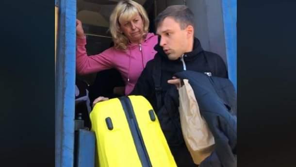 """Начальниця одного з потягів """"Укрзалізниці"""" виштовхала пасажира з вагону"""