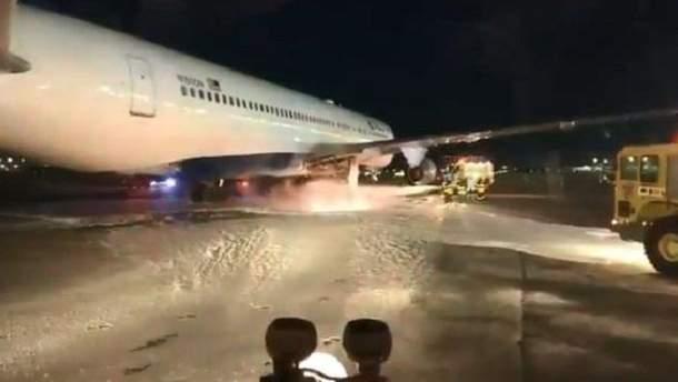 В Нью-Йорке загорелся самолет с пассажирами на борту