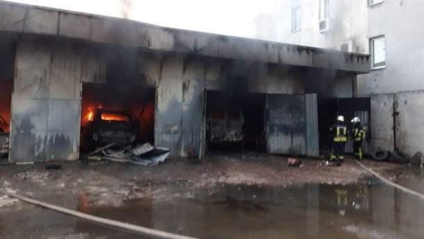 В Киеве на СТО произошел масштабный пожар: горели автомобили
