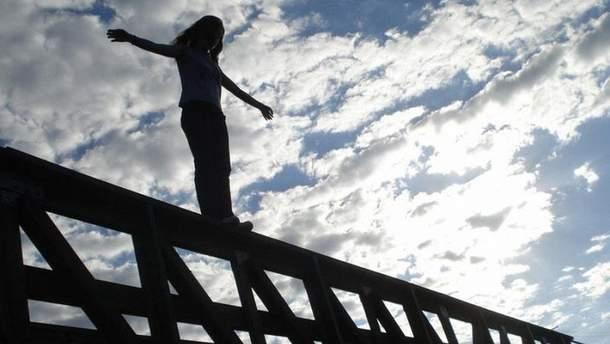 В течение последних дней в Украине по меньшей мере четыре школьницы покончили с собой, спрыгнув с высоты, Почему случаются трагедии