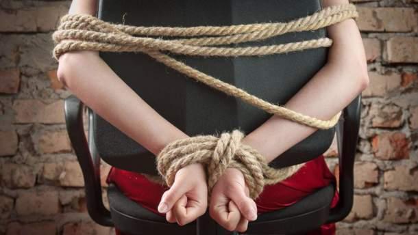 В Киеве две злоумышленницы похитили женщину, которую заподозрили в краже сумки
