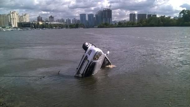 Авто упало в Днепр