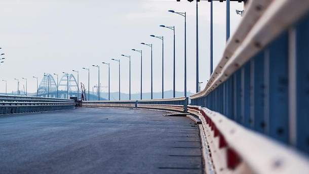 Частина Кримського мосту обвалилась: фото та відео