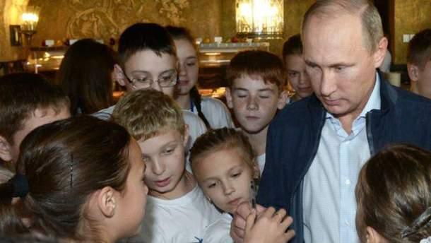 """У Росії хочуть, щоб жінки """"пізно"""" не народжували"""