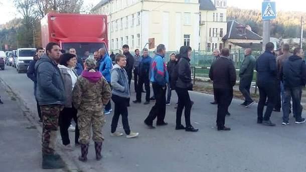 На Львовщине люди заблокировали дорогу к Сходнице