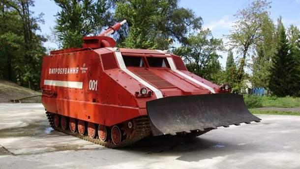 Пожар на арсенале в Ичне тушит танк