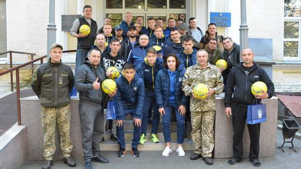 Игроки молодежной сборной Украины и военные