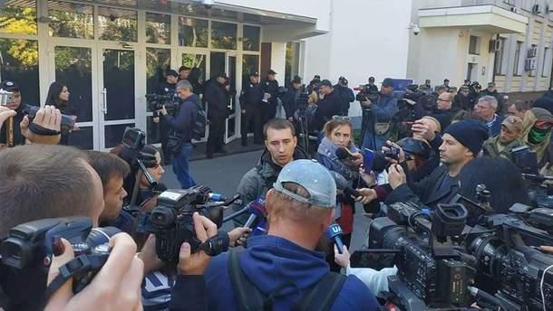 В результате столкновений под зданием МВД журналистку облили кефиром