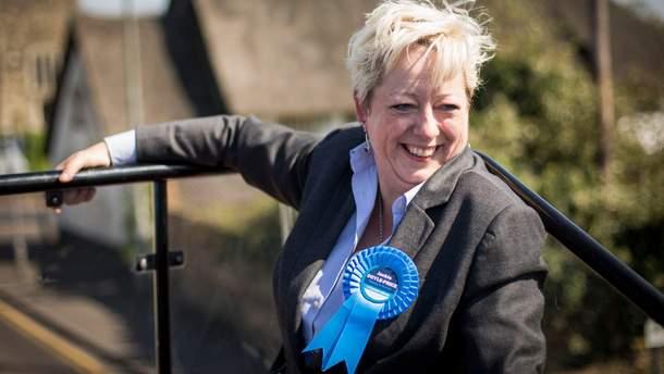 Нова міністерка з запобігання самогубствам Жаклін Дойл-Прайс