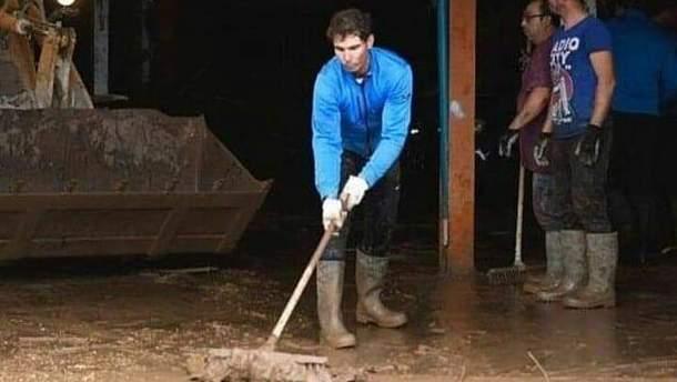 Тенісист Рафаель Надаль допомагає жителям Майорки оговтатись від повеней
