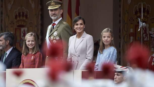 Королева Іспанії засвітила елегантний костюм на урочистому параді ... 0e9d22fcc01d3