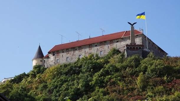 Угорського орла Турула хочуть замінити на герб України в Мукачеві