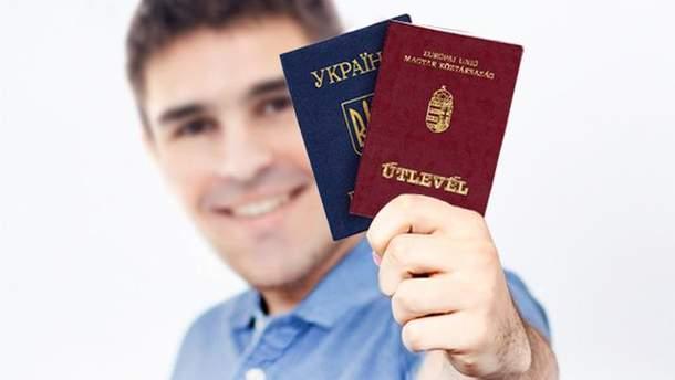 Венгрия дальше выдает украинцам свои паспорта, – СМИ