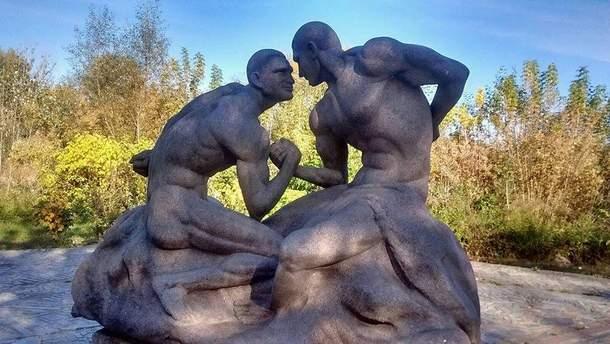 Братьев Кличко увековечили в гранитной скульптуре