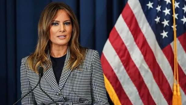 Меланія Трамп у стильному вбранні відвідала госпіталь: промовисті фото