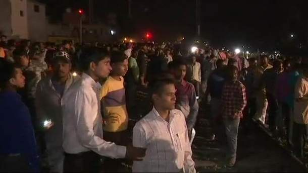 Потяг в'їхав у натовп людей в Інд