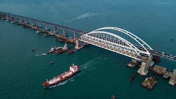 Кримський міст завалився: окупанти підняли проліт, який впав у воду (фото)