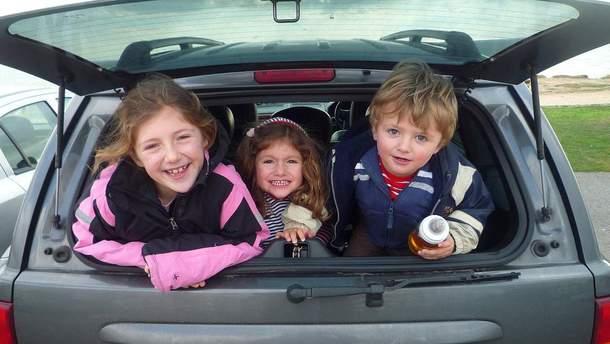 Во Львове пьяная женщина перевозила троих детей в багажнике