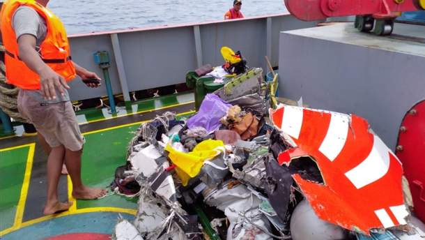 Аварія літака Boeing 737 в Індонезії: із води дістають уламки судна