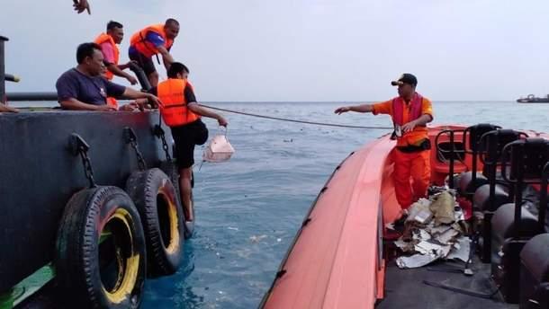 Крушение самолета Boeing 737 в Индонезии: из воды достают обломки судна