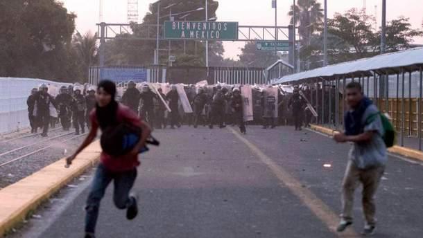 """""""Второй караван мигрантов"""" штурмует границу Мексики, есть погибший: фото"""