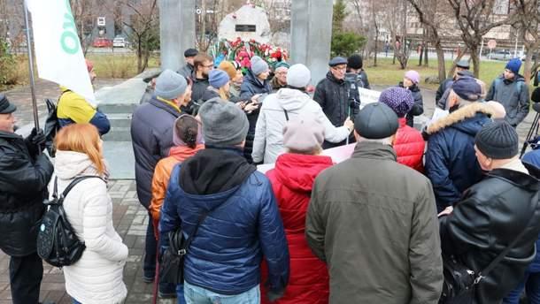 В российском Новосибирске люди протестуют против установки в городе бюста Сталина