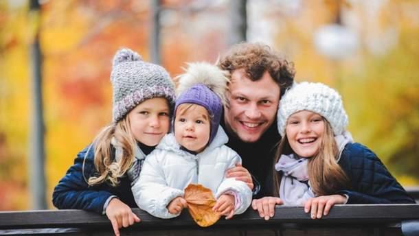 Андрій П'ятов з доньками