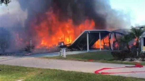 В США вертолет упал на жилые дома