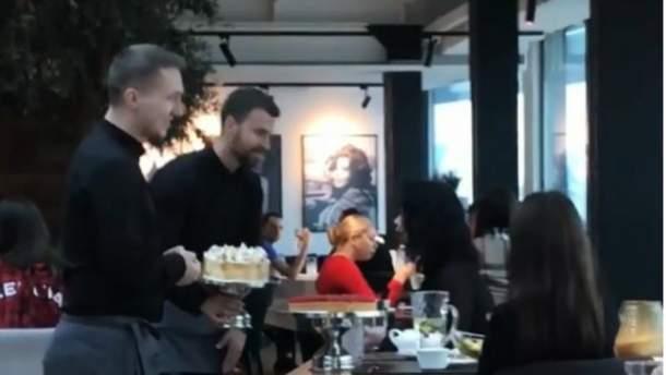 В киевском ресторане официант швырнул торт в лицо посетительнице
