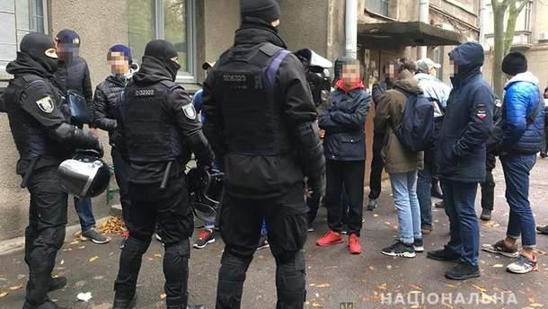 В Киева полиция задержала парней в балаклавах и с файерами: фото