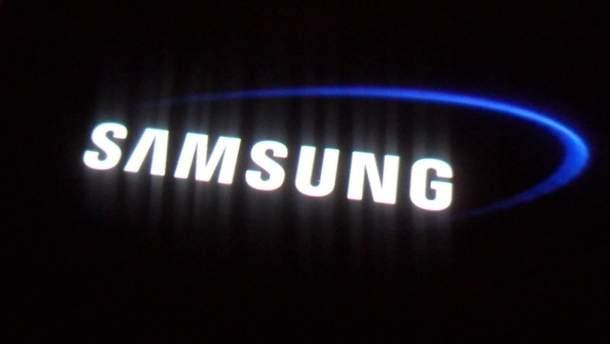 Шок: Самсунг Galaxy S10 сдыркой вэкране нанастоящей фотографии