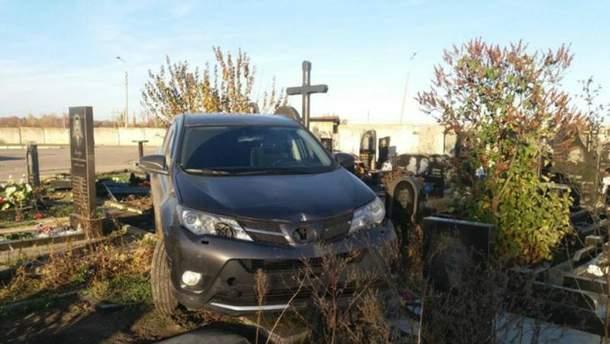 В Харькове священник Московского патриархата на автомобиле въехал в надгробия на кладбище