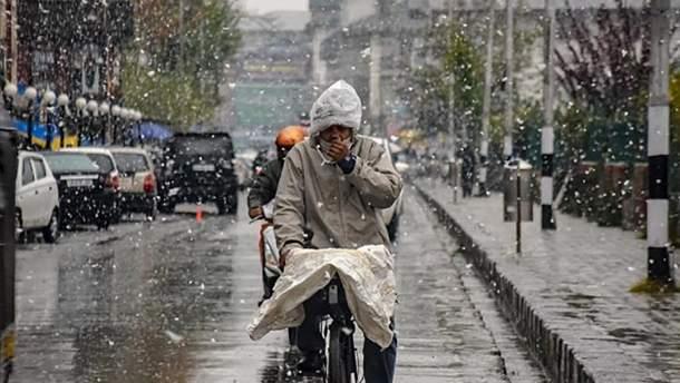 Индия внезапно за 10 лет засыпало снегом: впечатляющие фото и видео