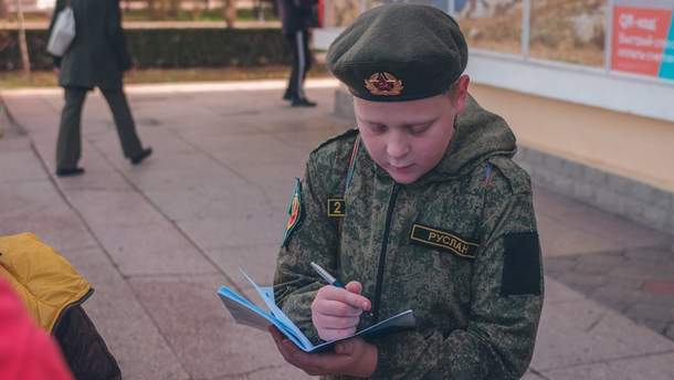 В крымских санаториях детей одевают в военную форму