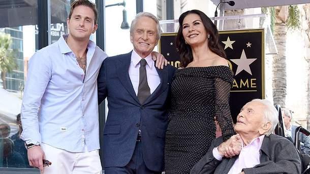 Майкл Дуглас с семьей на Аллее славы