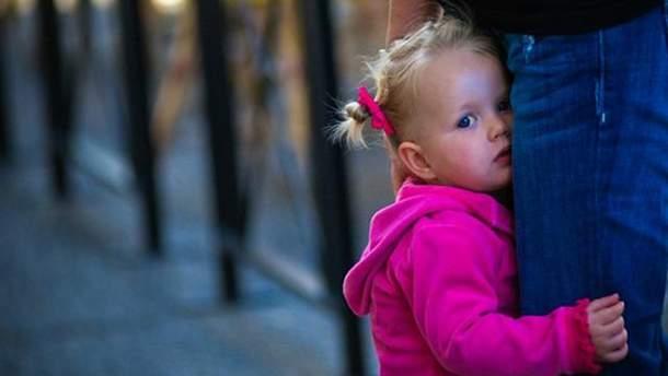 Чому дитина боїться залишатися сама вдома