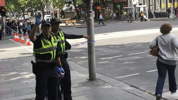 В Мельбурне мужчина с ножом напал на прохожих и полицейских