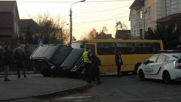 В Киеве маршрутка столкнулась с внедорожником: пострадала женщина