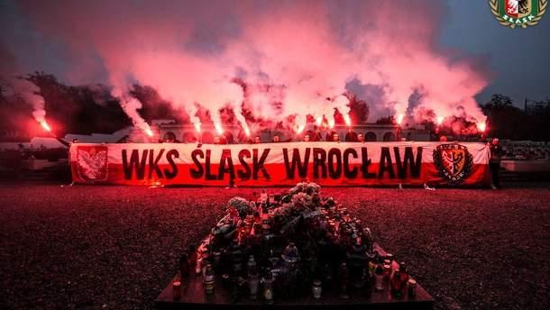 Поляки жгли файеры во Львове на кладбище орлят