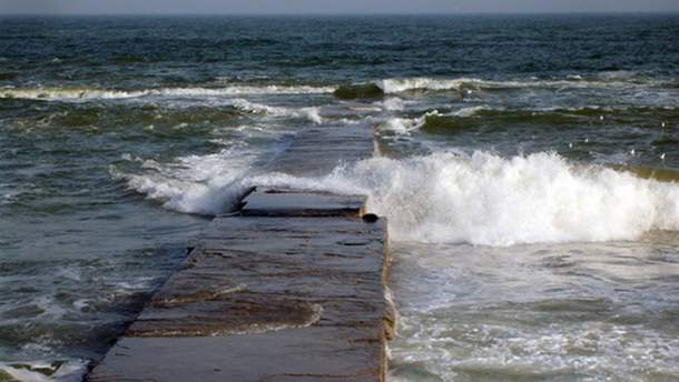 В Одесі дівчину змило з пірса в море